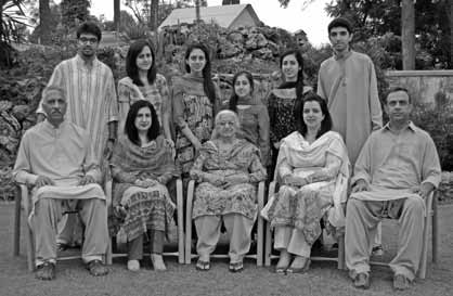 Air Cdre Sajjad Yunus (1st from left-sitting), Mrs Yunus (sitting in centre) and Air Cdre Fawad Yunus (1st from right-sitting) along with family members - FearlessWarriors.PK