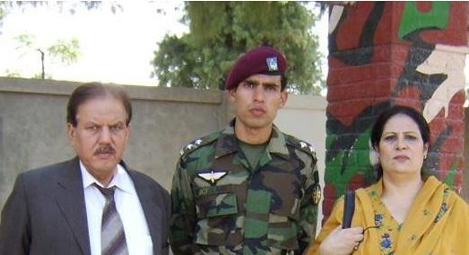 Captain Junaid Khan Shaheed with his parents- FearlessWarriors.PK