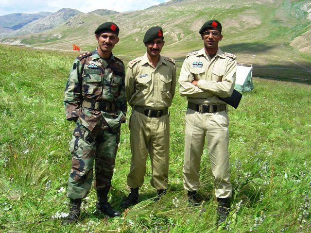 Major Abid Majeed Shaheed with fellow officers - FearlessWarriors.PK