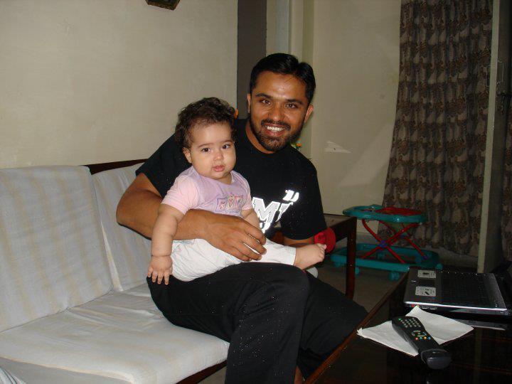 Major Zia-ul-Haque Shaheed with his daughter - FearlessWarriors.PK