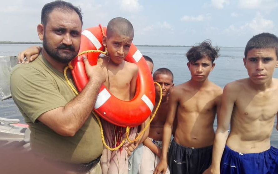 Pak Coast Guard saved children from drowning in Karachi - FearlessWarriors.PK