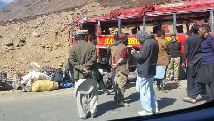 Pak Army rescue & relief operation for Babusar Top bus accident victims - FearlessWarriors.PK